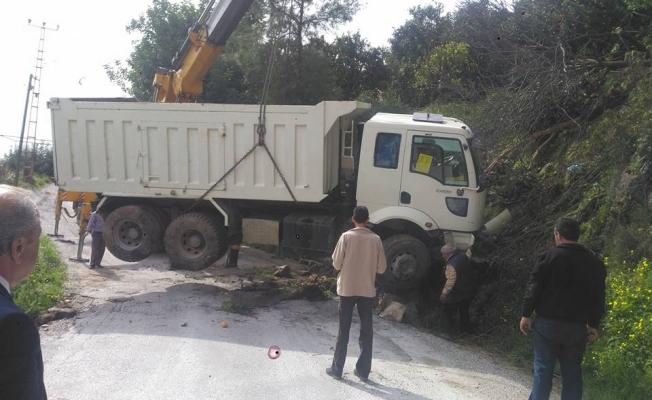 Freni patlayan kamyon otomobili altına aldı