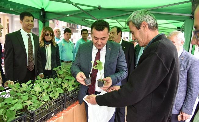Başkan Yücel 'Su kabağı fidesi' dağıttı