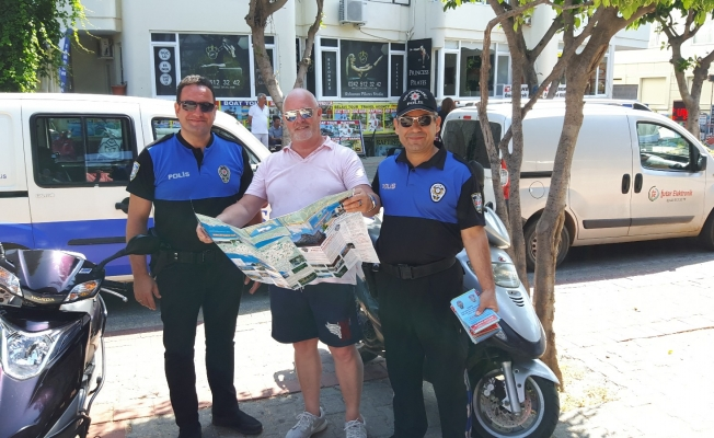 Alanya'nın örnek polisi turistlere harita dağıttı