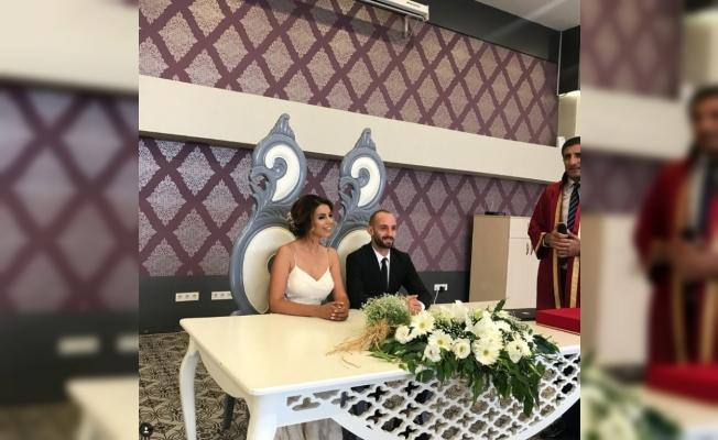 Efecan evlendi
