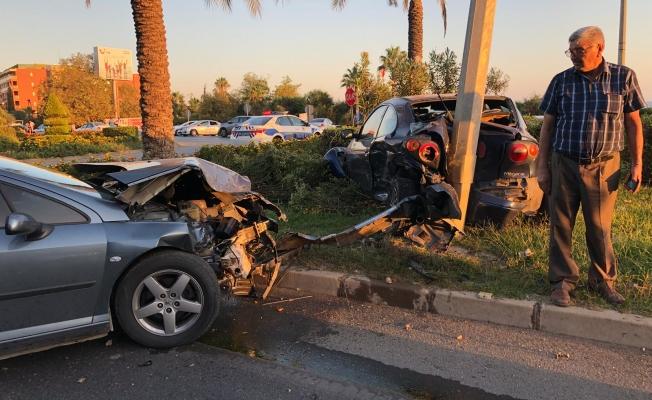 Alanya 'da 2 otomobil çarpıştı: 1'i çocuk 3 yaralı