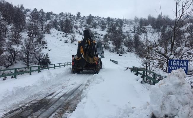Alanya'da kardan kapanan yollar bir bir açılıyor
