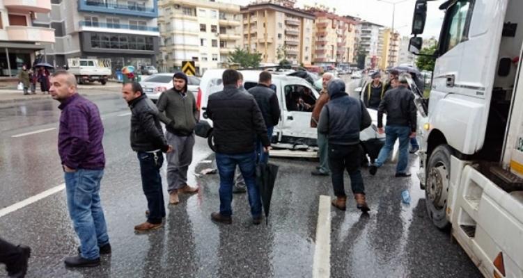 TIR' ile otomobil çarpıştı:1 yaralı