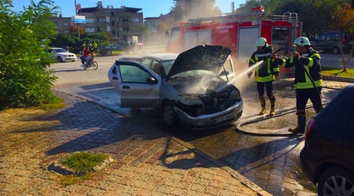 Alanya'da park halindeki otomobil alev alev yandı!