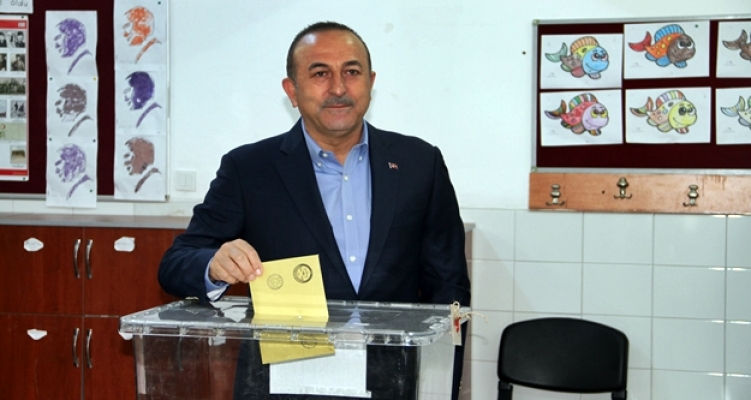 Çavuşoğlu baba ocağında oy kullandı