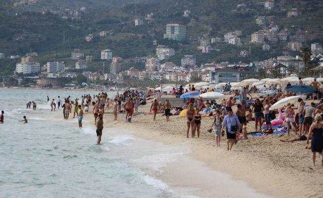 Güneşli hava ile  Alanya plajları doldu