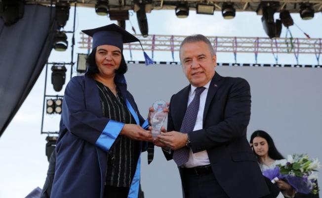 Başkan Böcek, gençlerin  mezuniyet sevincine ortak oldu