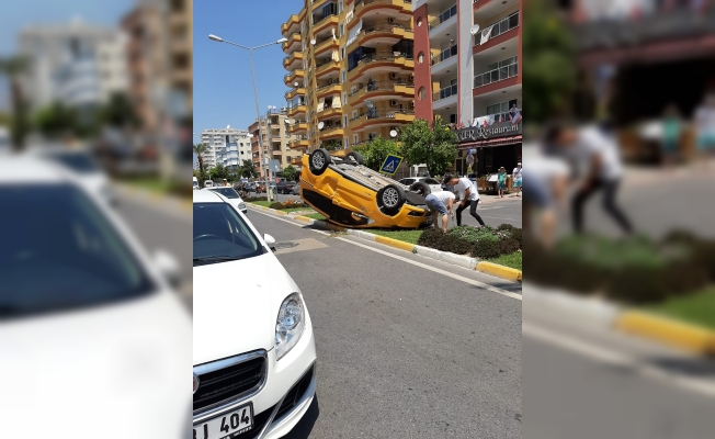Alanya'da kaza: Taksi takla attı