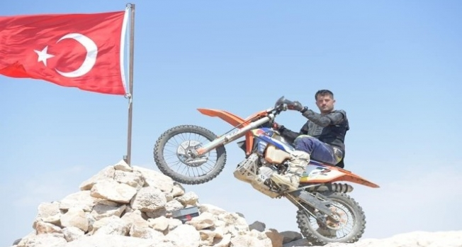 3 bin metrede Türk bayrağını yenilediler