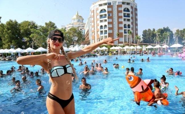 Alanya'da sıcaktan bunalan turistler havuzları doldurdu
