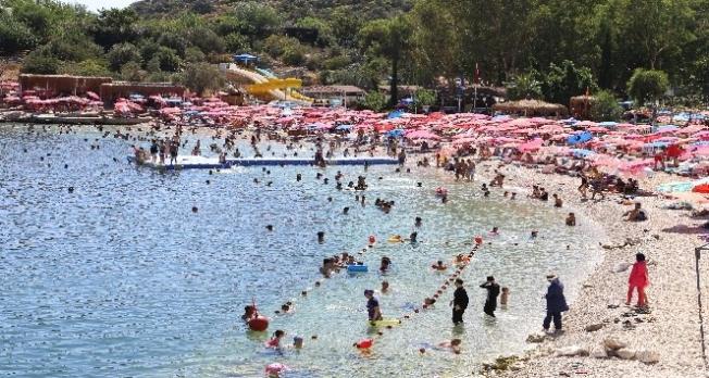 Antalya'daki turizm merkezinin nüfusu bayramda ikiye katlandı