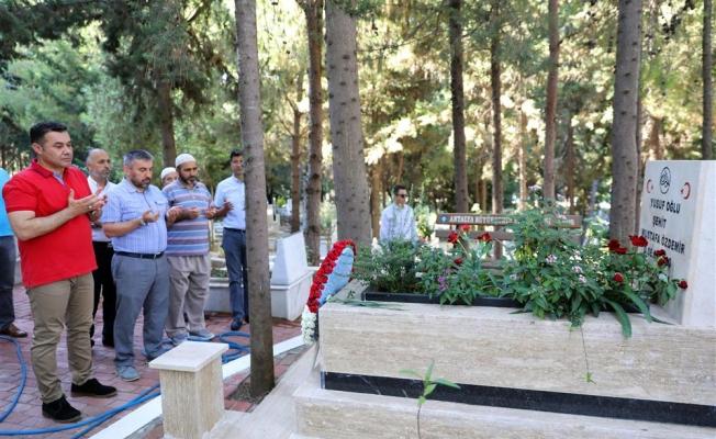 Başkan Yücel şehit mezarlarını ziyaret etti