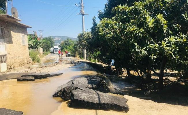 Mahmutlar'da su borusu patladı! asfalt yol çöktü