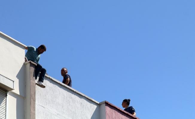 Parasını alamayınca çatıya çıkıp intihara kalkıştı