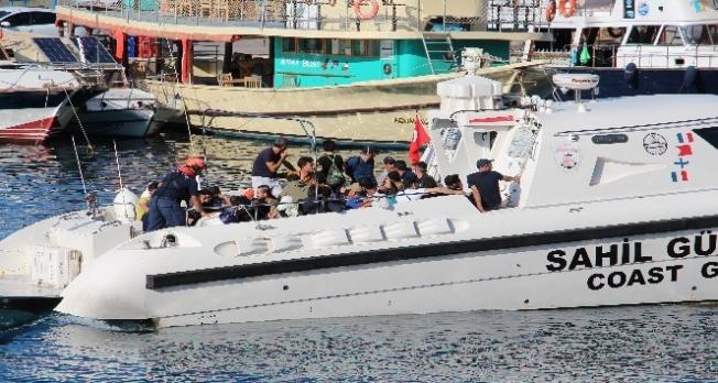 Şişme botla ölüm yolculuğuna çıkan göçmenler Sahil Güvenlik tarafından kurtarıldı
