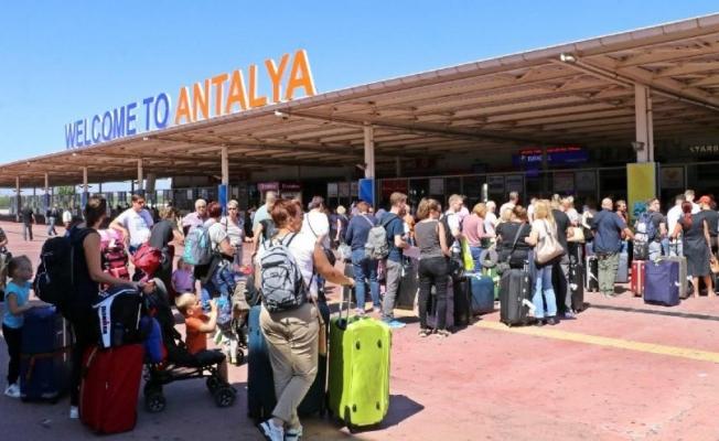 Thomas Cook'a ait binlerce yolcu Antalya'dan ülkelerine gönderildi