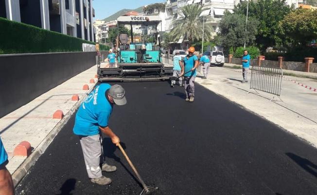 Alanya Belediyesi eskiyen asfaltları yeniliyor