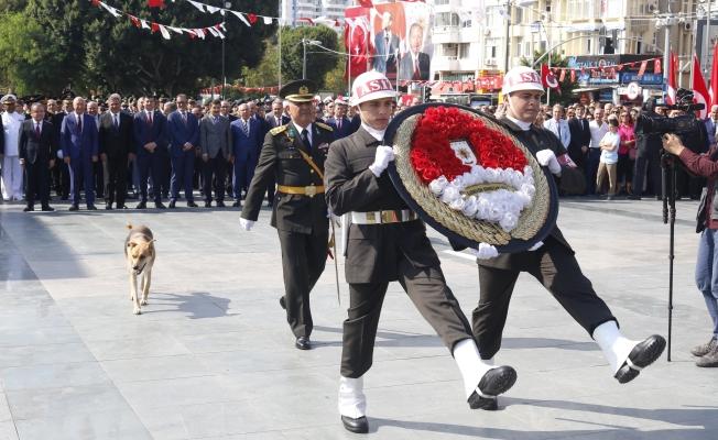 Antalya'da çelenk bırakma töreninde ilginç görüntü