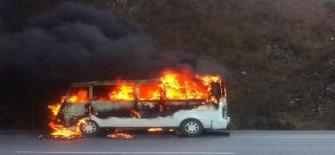 Alanya'da park halindeki minibüs cayır cayır yandı!