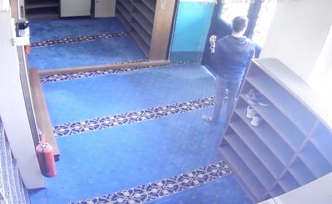 Camiye giren hırsızlar önce dua etti sonra hırsızlık yaptı