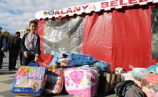 Alanya'da kampanya! Herkes yardımlarını anıta getiriyor