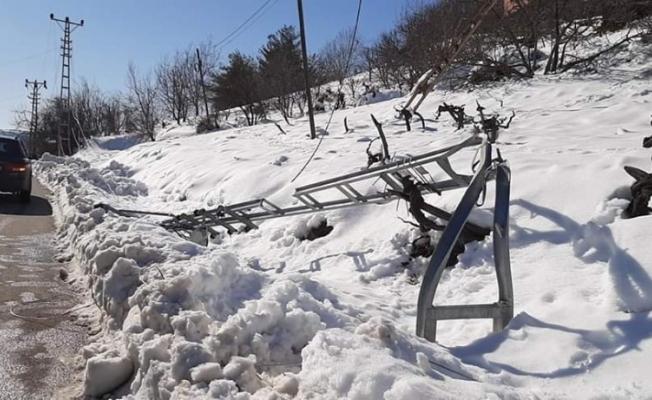 Çamlıyayla yıkılan direkler nedeniyle elektriksiz kaldı