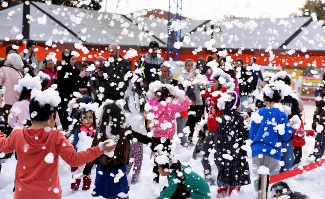 Çocuklar kar fırtınasıyla eğlendi