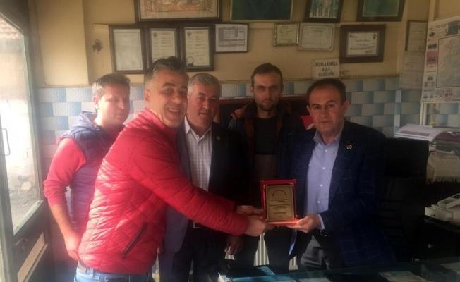 Eğitime destek veren Belediye Meclis Üyesi Tezcan'a teşekkür plaketi