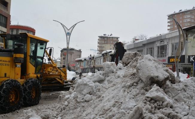 Hakkari'deki kar yığınları kent dışına çıkartılıyor