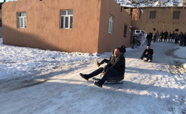 Kaymakam İnan çocuklarla kayak keyfi yaptı