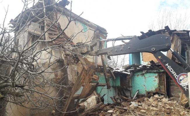 Körfez'de Metruk ve hasarlı binalar yıkılıyor