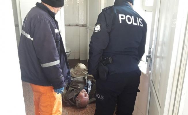 76 yaşındaki adam halk tuvaletinde ölü bulundu