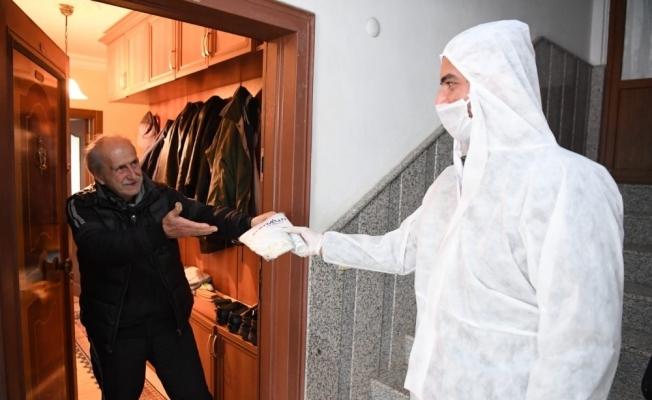 Konyaaltı Belediyesi  kapı kapı dolaşıp maske, eldiven ve dezenfektan dağıtıyor