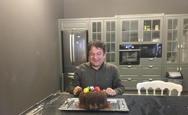 Korona virüs tedbiri için doğum günü pastasının mumlarını eliyle söndürdü