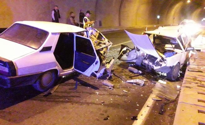 Alanya'da tünelde 2 otomobil kafa kafaya çarpıştı: 4 yaralı