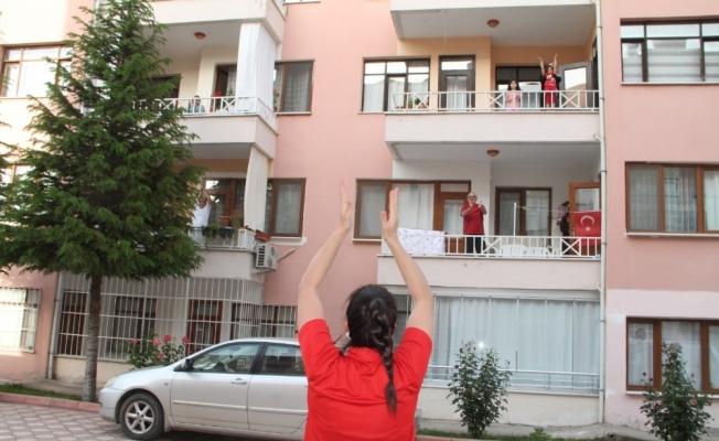 Antrenör sokakta, vatandaşlar balkonda spor yaptı