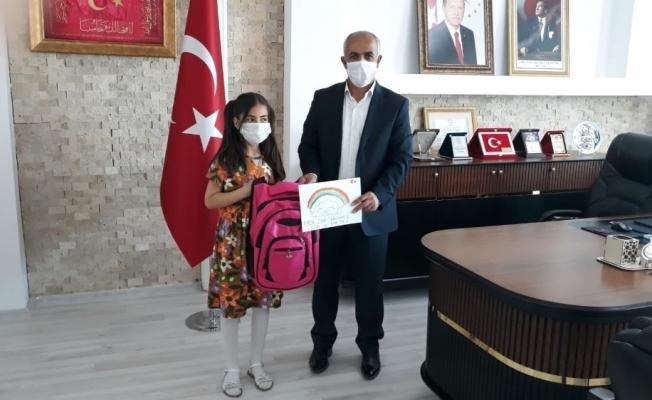 Başkan Ensari, 'Haydi Hayalini Çiz' etkinliğine katılan Ecrin'i ödüllendirdi