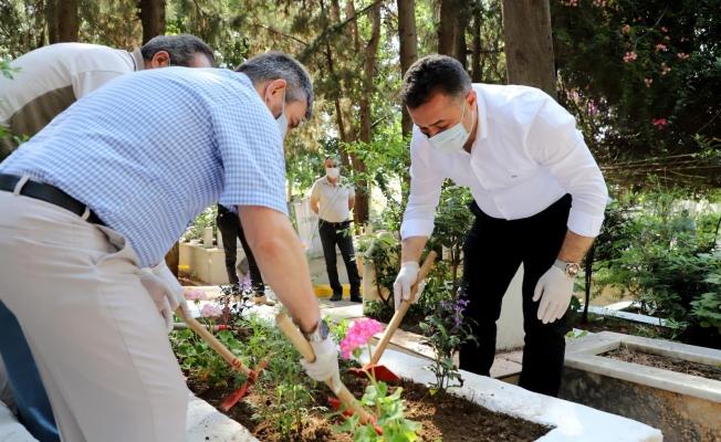 Başkan Yücel kimsesizler mezarlığını ve şehitliğini ziyaret etti