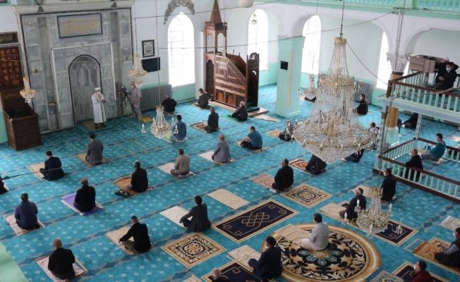 Burdur' da sosyal mesafeli ilk Cuma namazı
