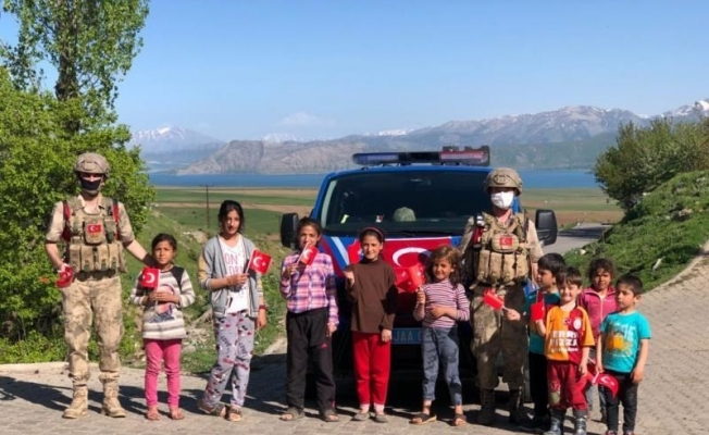 Mehmetçik köy çocuklarına bayrak dağıttı