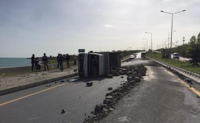 Van'da briket yüklü kamyonet devrildi: 1 yaralı