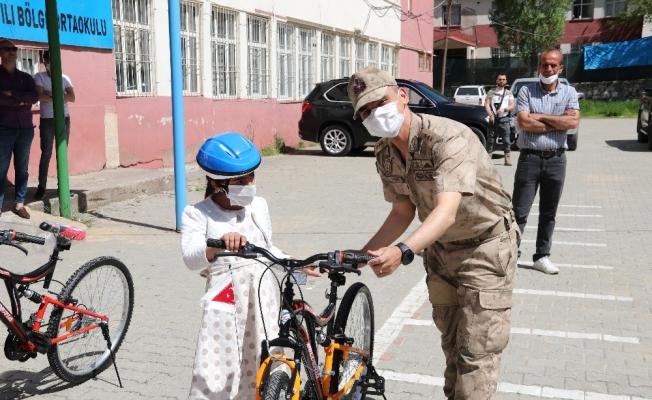 Yetim çocuklara bayram öncesi bisiklet