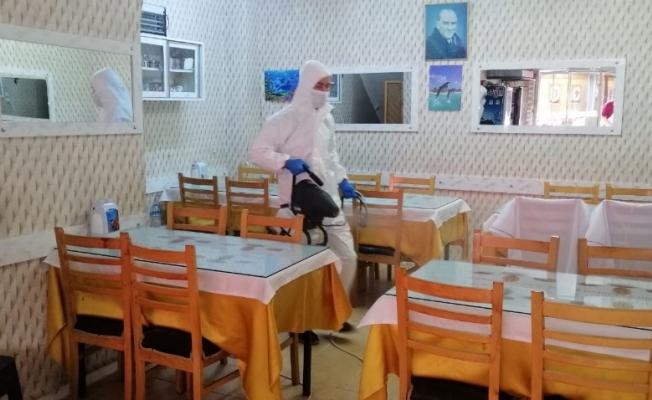 Akhisar Belediyesi, yeniden açılan işyerlerini dezenfekte ediyor