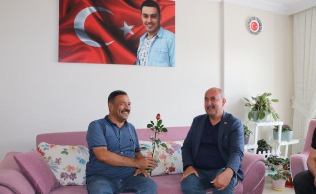 Başkan Türkyılmaz şehit babalarını unutmadı