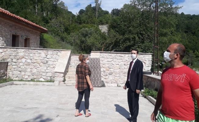 Kaymakam Açıkgöz, Gideros koyundaki tarihi camide incelemede bulundu