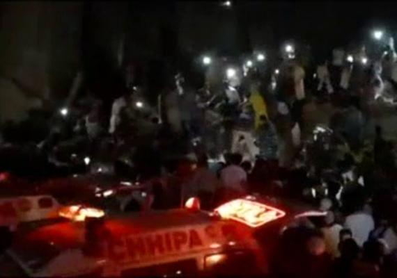 Pakistan'da 5 katlı bina çöktü: 1 ölü, 10 yaralı