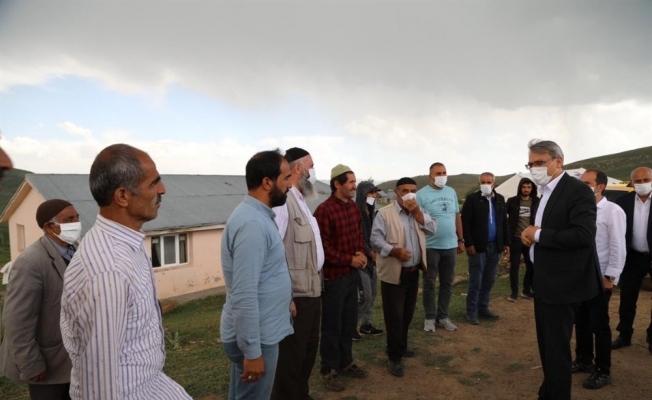 Vali Ekinci, deprem ve sel bölgelerinde incelemede bulundu