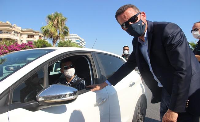 Alanya'da Kaymakam Ürkmezer, trafik denetiminde sürücülerle bayramlaştı