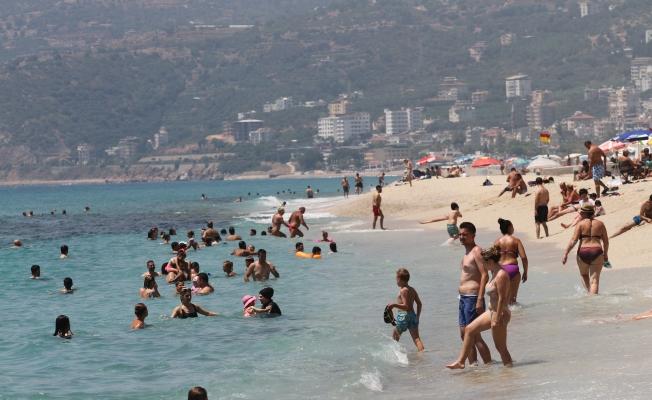 Alanya'da bayramın ilk günün sahiller tıklım tıklım