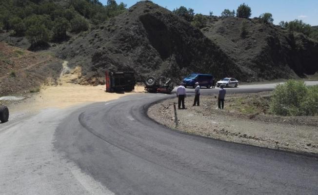 Buğday yüklü traktör devrildi: 2 Yaralı